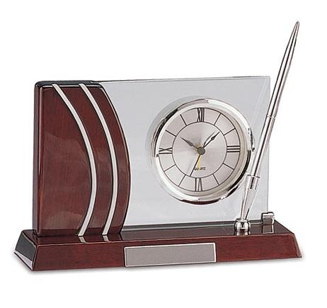 Επιτραπέζιο Ξύλινο ρολόι με στυλό. 8126